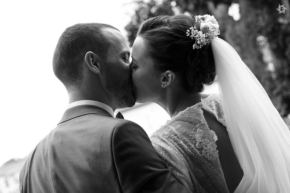 Couple de mariés - Bisous - Vue de dos