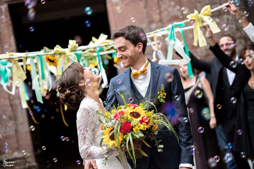 Couple de marié - sortie de célébration