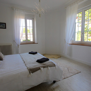 chambre_taupe_grand_lit_rez-de-chaussee.