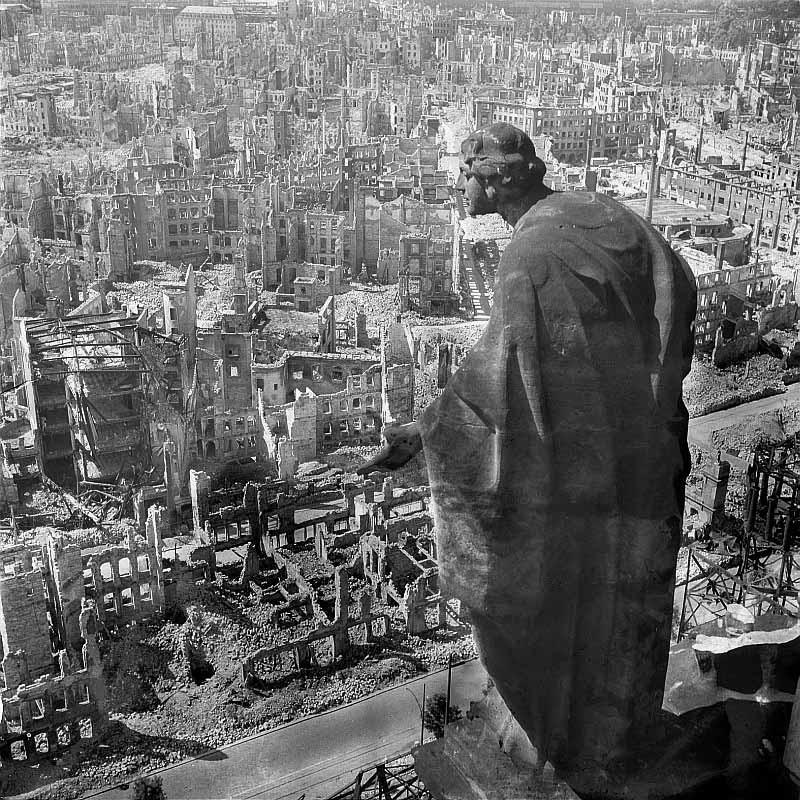 Originale Bildbeschreibung von der Deutschen FotothekDresden. Blick vom Rathausturm nach Süden mit der Allegorie der Güte (auch: Bonitas; Skulptur von August Schreitmüller, entstanden 1908/1910), Aufnahme 1945