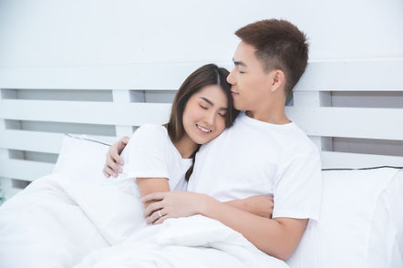 happy-asian-couple-bed-home_1150-15914.j