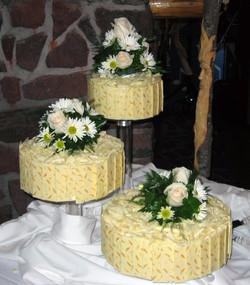 Lemon tri-cake with fresh flowers