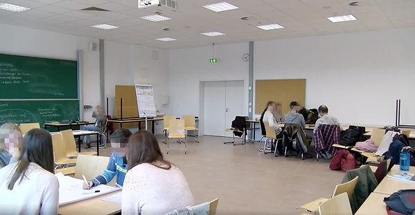 Blick auf einen Arbeitsraum mit Kleingruppen