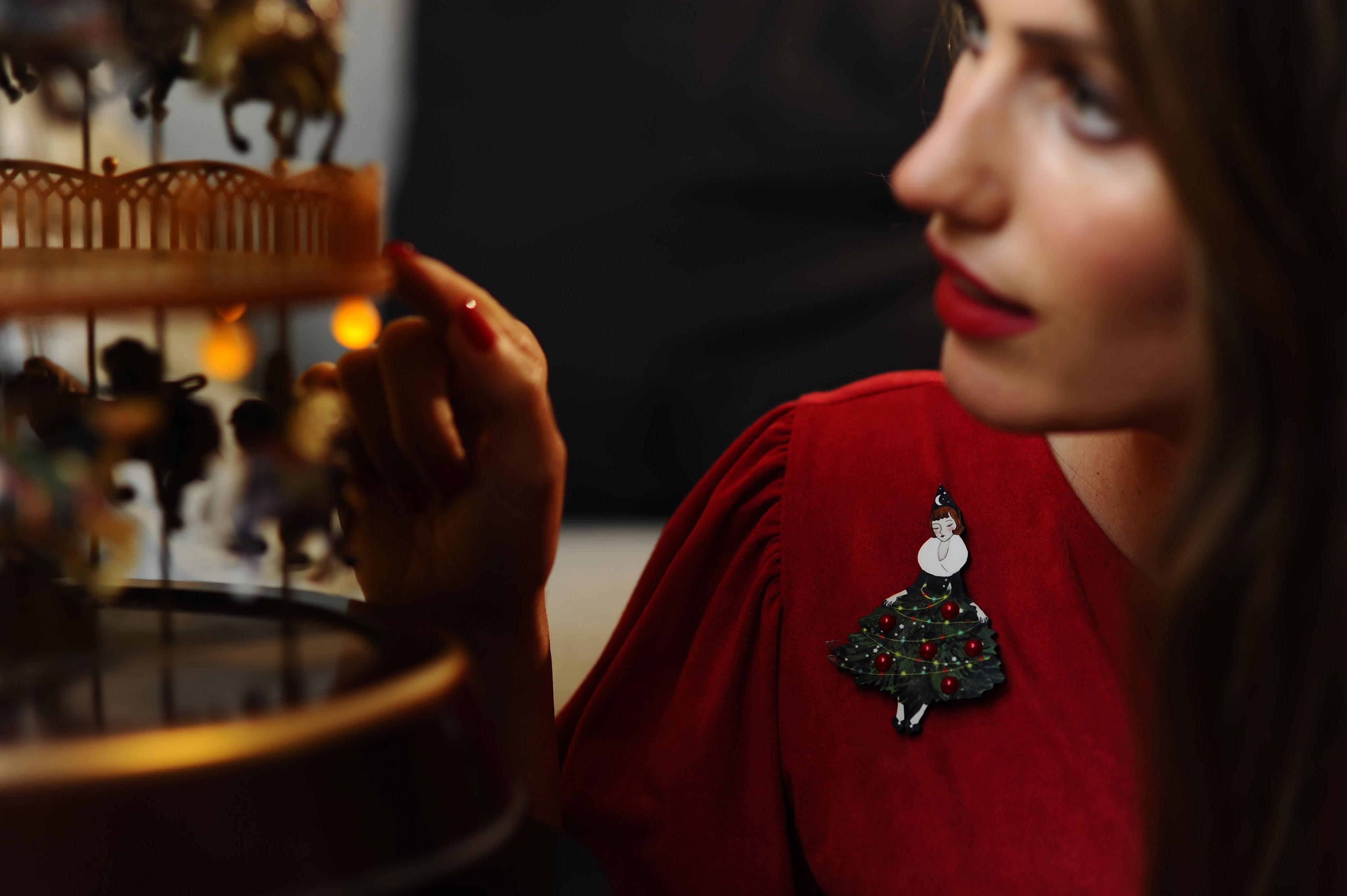 Thumbnail: Broche Chica con árbol de Navidad
