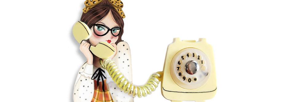 Broche Chica al teléfono