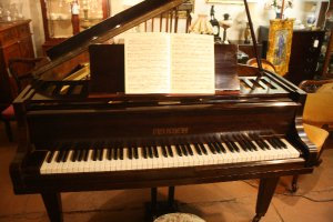 A Stunning Baby Grand Piano c.1920's FREE METRO DELIVERY & INSTALLLATION*