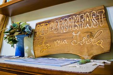 targa con nome del bed and breakfast la
