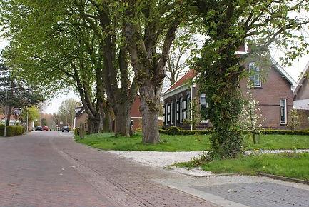 Oplopende-straat-naar-dorpsterp-Schore.j