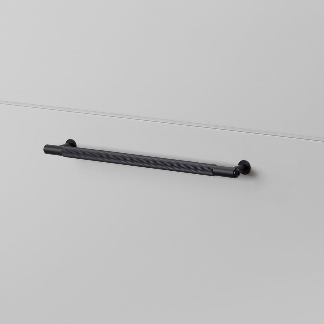PULL BAR / LINEAR / BLACK / MEDIUM