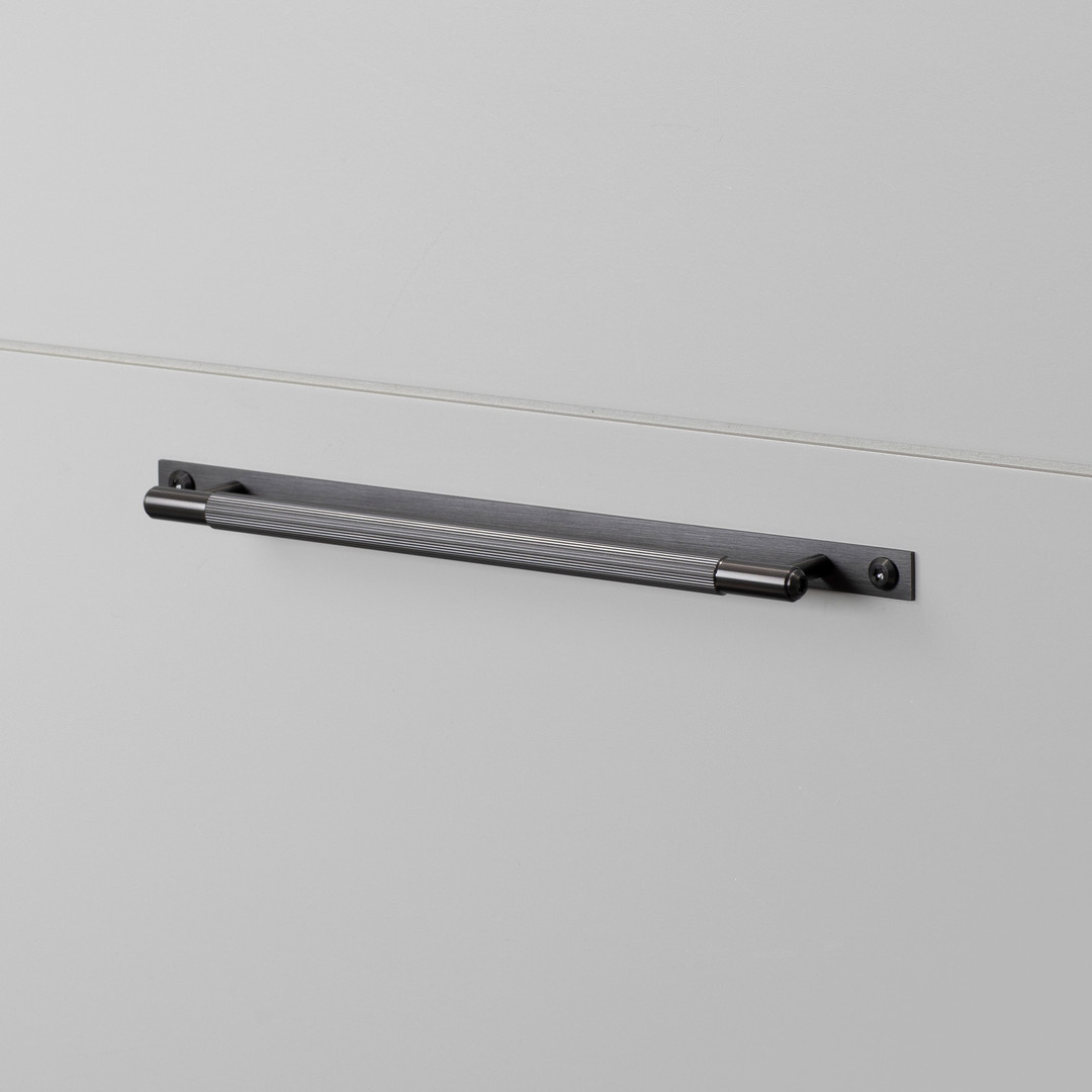 PULL BAR / PLATE / LINEAR / GUN METAL / MEDIUM