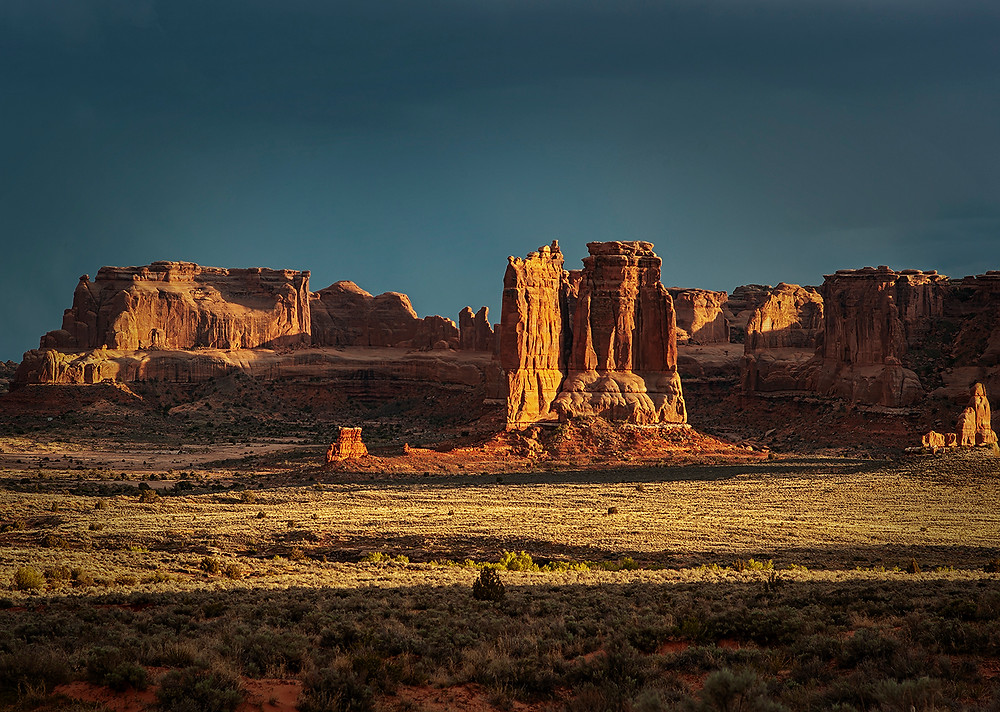 BEAUTIFUL SUNSET ON THE SCULPTED ROCKS IN ARCHES UTAH