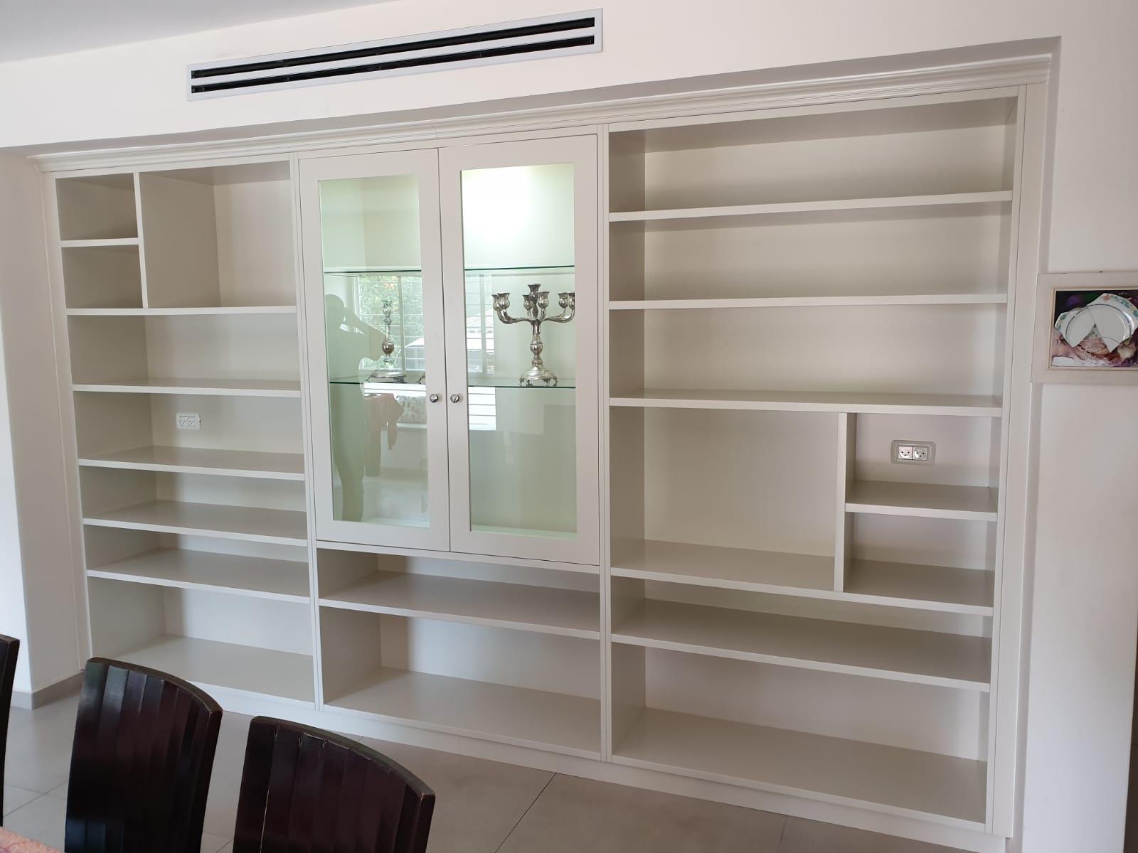 ספרייה צבועה שלייפלק בשילוב וטרינה