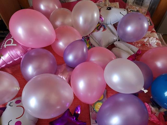 Ballons roses, blancs et violets