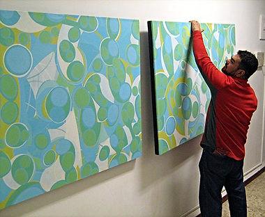 pablo candal preparando la muestra en el centro cultural pages on paper, 2008