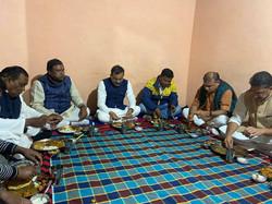बूथ अध्यक्ष श्री हरिशंकर मरावी के घर रात्रि भोजन..