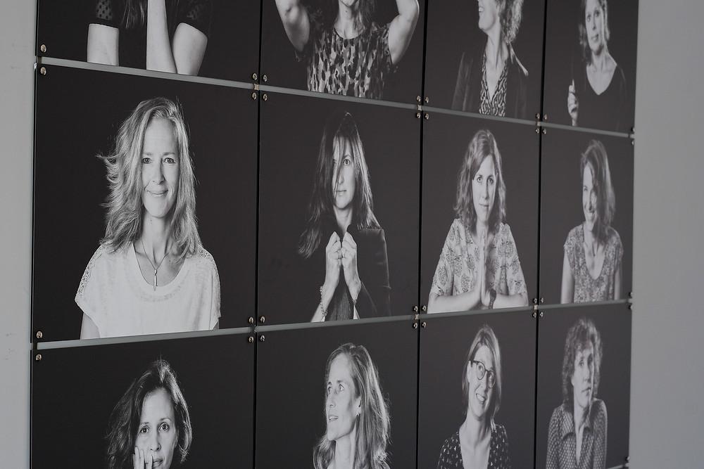 Zwart-wit foto's in een wall of fame zorgt voor trots en teamspirit op kantoor