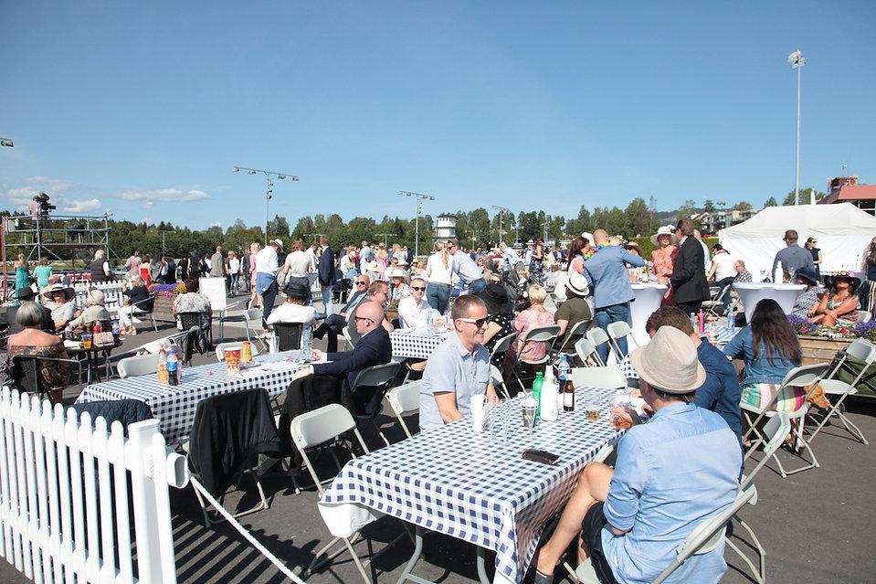 Øvrevoll har flere serveringssteder under, aller er velkommen i grill og champagneteltet, uten bordresevasjon