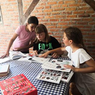 A fost ziua Mariei de curând, așa că după câteva jocuri în curte, copiii au aruncat un prim ochi peste cărțile primite ca donație pentru biblioteca sătească de la MarinArt / School of Arts and Traditions fiind foarte încântați de enciclopedii (mulțumim dl Johnny Bîtea), discutând despre preferințele lor și cărțile pe care le vor împrumuta.  🗃 Cărțile sunt încă în cutii, alte câteva sunt în drum spre noi și în scurt timp vor putea fi selectate și puse pe rafturi.