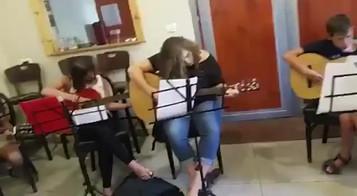 מנגנים יחד גיטרה