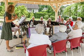 Activité musique pour les personnes âgées de la résidence des Salins de Bregille