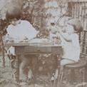 Pierre et Maurice dans le jardin, à Clamart