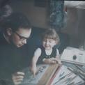 …à moins qu'elle n'observe avec intérêt son frère coloriant les planches paternelles.