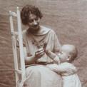 Les premiers pas de Pierre avec Simone, sa maman