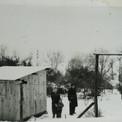 …puis construire une petite cabane qui servira d'abri durant l'hiver 1951-52…