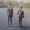 Pierre et Maurice parés pour la pêche à la crevette, sur la plage de Villerville