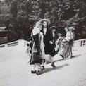A la cour de Versailles au temps de Louis XIV : au second plan, Pierre et Jacqueline.