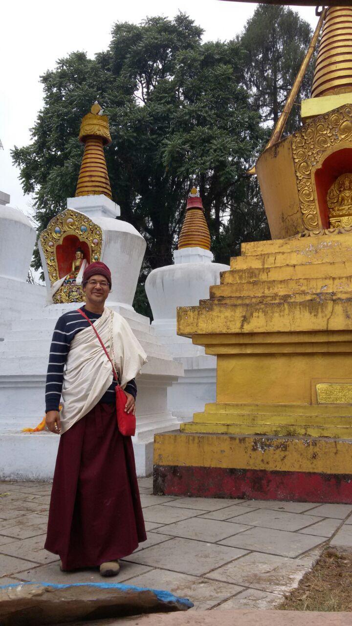 Lama Karma Tartchin ao lado da estupa de Dzongsar Khyentse Chökyi Lodro Rinpoche em Tashi Ding, Sikkim - Índia