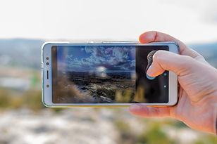 touriste-prend-photo-appareil-photo-tele