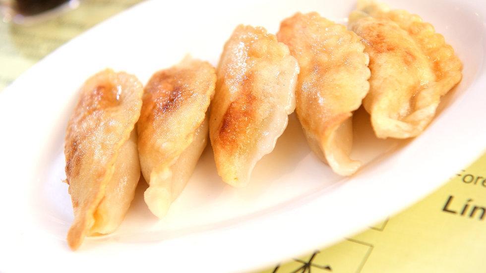 Frying dumplings (guotie)