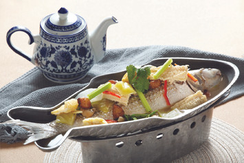 Steamed Grey Mullet with Pickled Vegetables & Peppercorn Soup in Stove