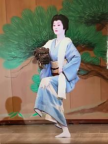 日本舞踊を舞う女性