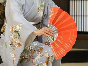 日本舞踊の基本動作は、「舞」・「踊」・「振」の3種類です。