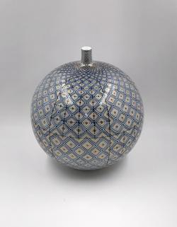 「金彩幾何紋花瓶」