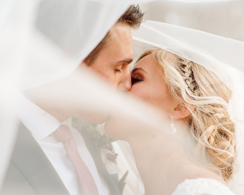 oregon wedding bend oregon veil kiss