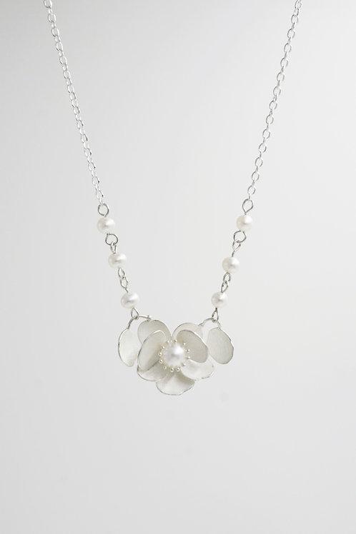 珍珠山茶花項鍊 (花蕊款)(珍珠鍊)