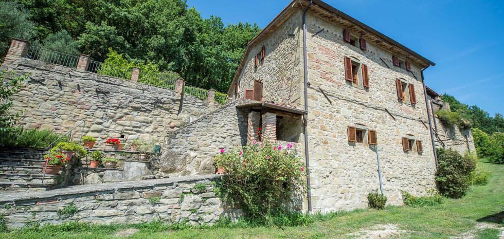 20-rustic-farmhouse-for-sale-umbria.jpg