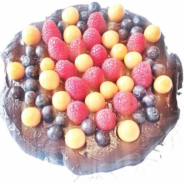 #birthdaycake #homemade 😅#nosugar #nogluten #nature #sweets #almound #dates #eggs  #sukrin #chocola