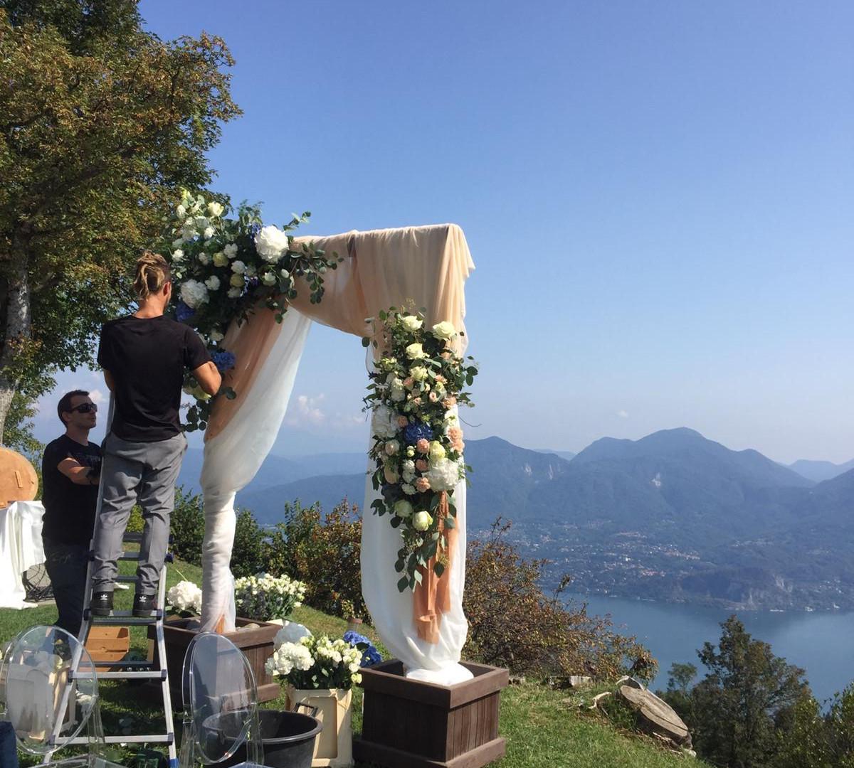 arco cerimonia in allestimento