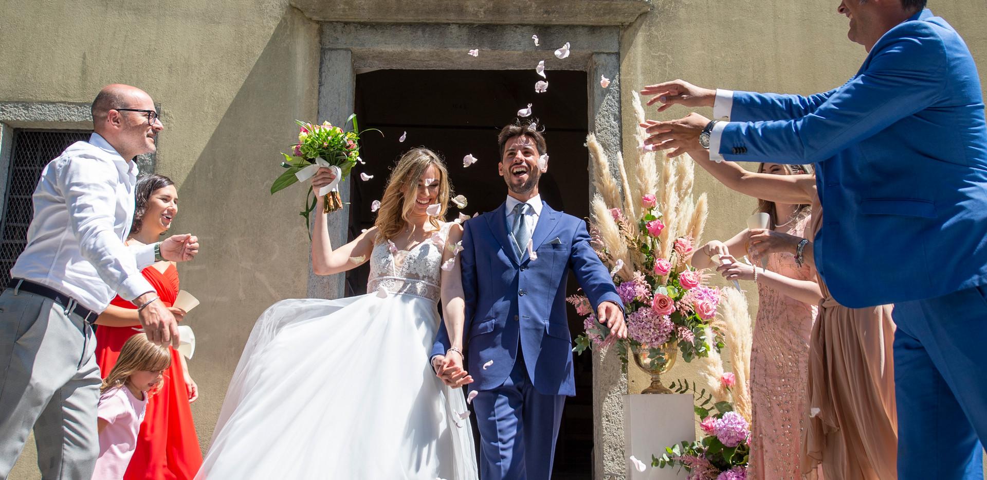 uscita sposi con lancio petali