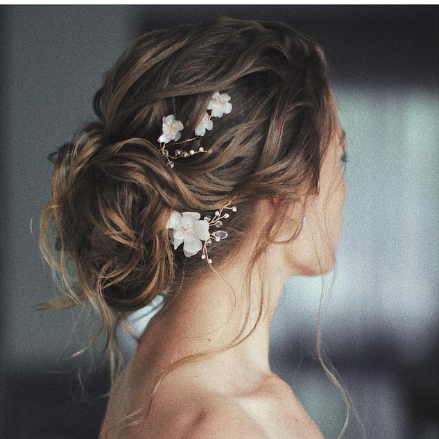 morbida acconciatura sposa con fiorellini