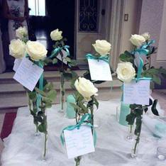 tableau mariage con rose bianche e dettagli color tiffanu