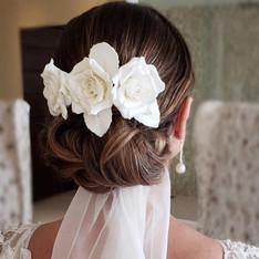 acconciatura sposa con rose