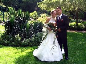 Brautpaar in funkelndem Brautkleid