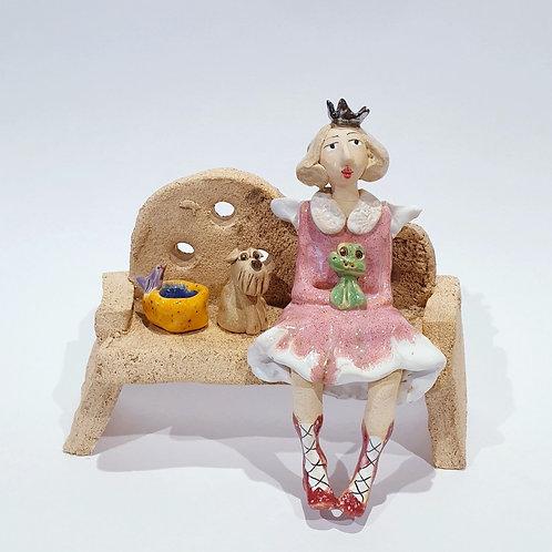 Na ławeczce - królewna z żabką i pieskiem