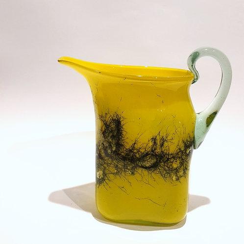 Dzbanek żółty zdobiony