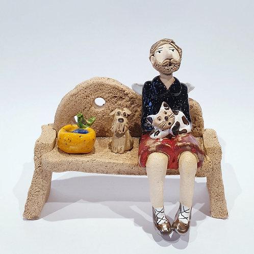 Na ławeczce - brodacz z pieskiem i kotkiem
